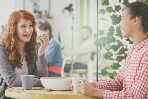 Gode relaitioner opstår over en kop kaffe i Plushusenes fælleshus
