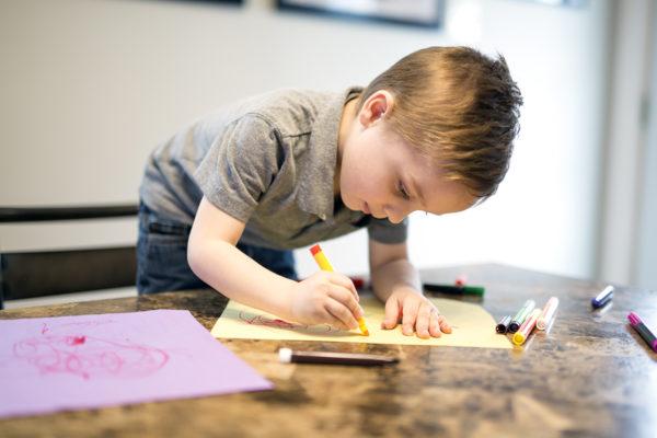 Lille dreng maler i ateliet i Plushusenes fælleshus´atelier